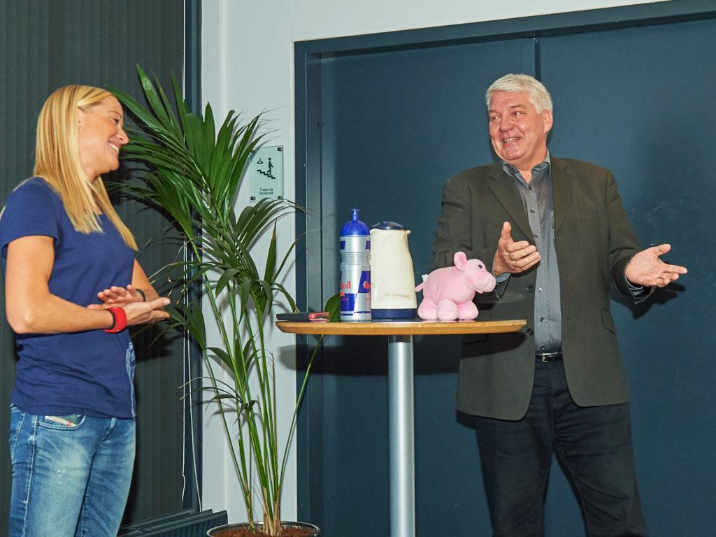 Furesøs Idrætsråd formand Lars Køster Svendsen takker Camille Pedersen for hun tog fra Esbjerg til Furesø for at berette om sin spændende historie.