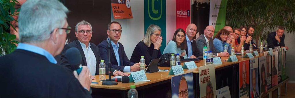 De fremmødte politikere lyttede til FIRs formand, da han rundede debatten af.